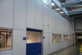 Teilglaselement in der Industrie mit Rolltor (Trennwände, Trennwand, Teilglas, Teilverglast)